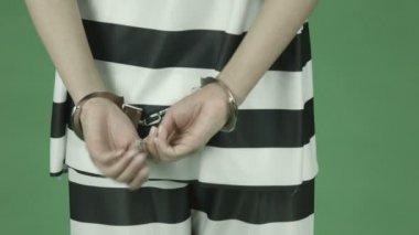 Woman prisoner  losing key handcuffs — Stock Video