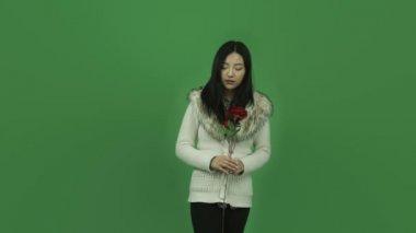 Meisje depressief romantiek met rozen — Stockvideo