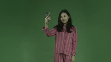 Woman in pajamas taking selfie picture — Stock Video