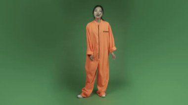 Woman prisoner in anger waiting — Stock Video