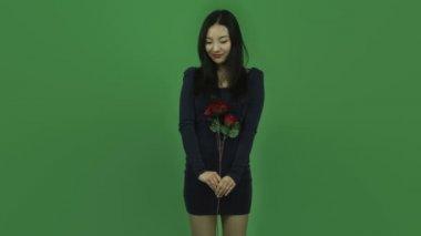 Aziatische meisje in avondjurk met roos verliefd romantiek — Stockvideo