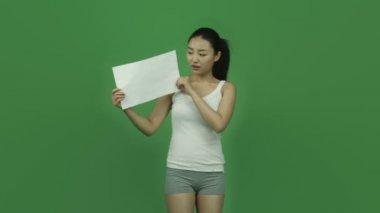 Chica deportiva con signo en blanco — Vídeo de stock