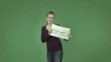 Ragazza disoccupata con assumerli segno — Video Stock