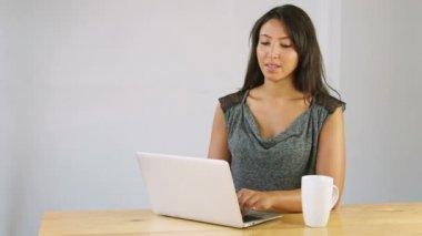 Arabic woman using laptop — Stock Video