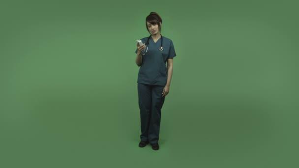 Indien femme médecin avec téléphone portable — Vidéo