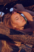 Portrait girl of 20s girl in evening sunlight and wood branches — Photo