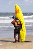 Man ready to lift kayak on the beach — Stock Photo