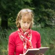 Woman reading a book in nature — Stock Photo