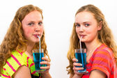 İki genç mavi soda içmek — Stok fotoğraf