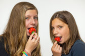 Two teenage girls eating strawberries — Stock Photo