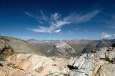 从一个多岩石的山脊中看到的高山峡谷。在瑞士的阿尔卑斯山徒步旅行。瑞士. — 图库照片