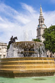 喷泉在伦敦市中心的特拉法加广场 — 图库照片