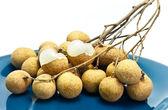 Longan świeże owoce na naczynie niebieski — Zdjęcie stockowe