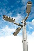 Kameras sicherheitsgruppe auf säule — Stockfoto