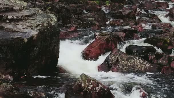 Poderoso río que fluye de la roca llenada — Vídeo de stock