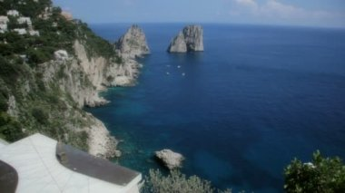 Coastline Capri and the Miniature Obelisk in the Gardens of Augustus — Stock video