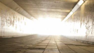 Luz al final del ángulo bajo túnel correcto de la cacerola — Vídeo de stock
