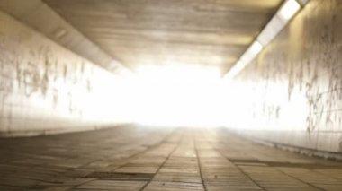 Lumière au bout du moule tunnel faible angle gauche — Vidéo