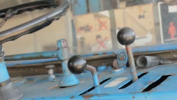 Retro vintage clásico de 1968 oxidado de la carretilla elevadora instrucciones de seguridad y controles — Vídeo de stock