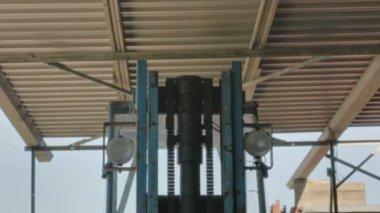 Chariot élévateur de phares regarder vers le bas — Vidéo