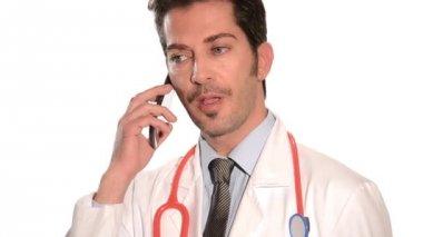 врач, используя сотовый телефон — Стоковое видео