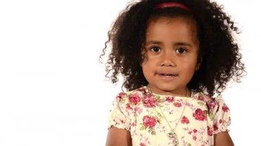 śmieszne mieszane rasy czarny i latino brazylijski dziewczynka na białym tle — Wideo stockowe
