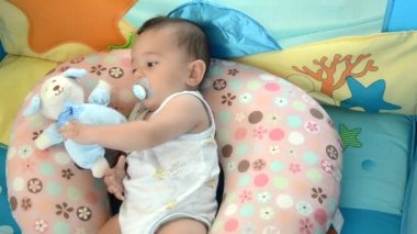 En söt baby — Stockvideo