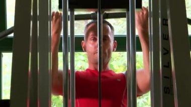 Brawny man at the gymnasium — Stock Video