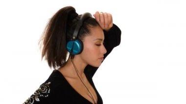 Mladá žena, poslouchá hudbu a tanec — Stock video