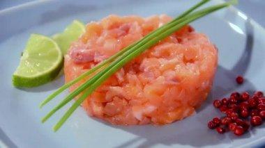 Salmon tartare close up — Vídeo de Stock