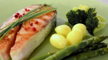 Grilled salmon with vegetables — Stock Video