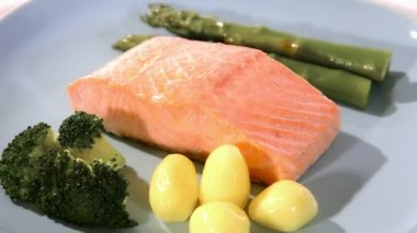 Steamed salmon with vegetables — Vidéo