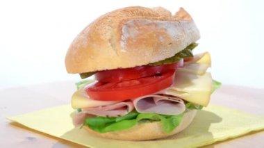 Kanapka z plasterkach indyka, szwajcarski ser i pomidor — Wideo stockowe