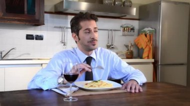 Unmarried businessman eating pasta — Stock Video