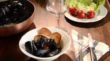 Mussels marinara with salad and toasts — Stock Video