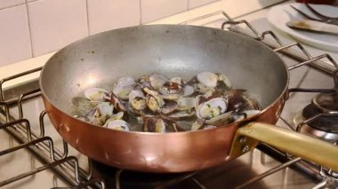 Cooking spaghetti with clams — Stock Video