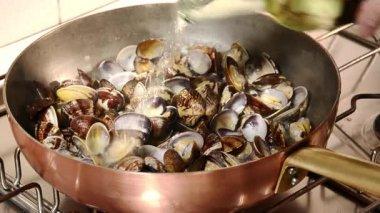 Cozinhar as amêijoas — Vídeo Stock