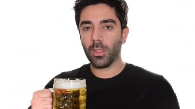 Young man drinking beer — Vídeo de stock