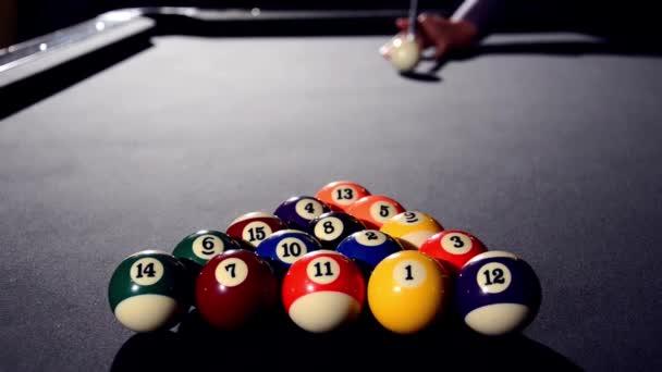 El comienzo del juego de pool (billar) — Vídeo de stock