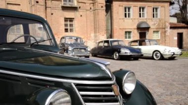 Vintage cars and ancient building — Vídeo Stock