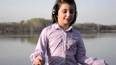 Young girl singing and dancing — Vídeo de stock