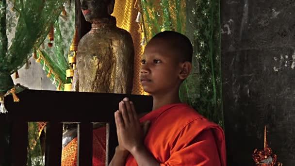 Moine khmer dans le temple d'angkor wat — Vidéo