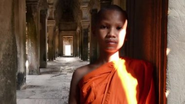 Junge buddhistische mönch porträt — Stockvideo