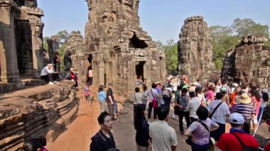 Siem Reap, Cambodia, February 2014. Unidentified tourists in Angkor Wat Temple — Stock Video