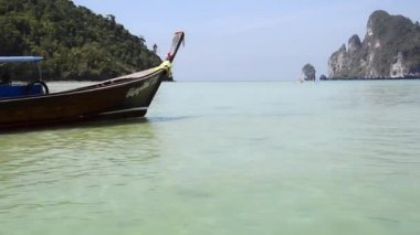 Phi phi islands, tourists on thai fishing boat — Stock Video