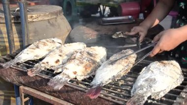 Street food, grilled fish — Stock Video