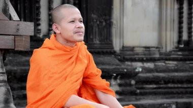 Khmer monk smoking a cigarette — Stock Video