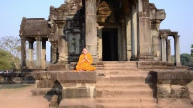 Khmer monk meditating — Vídeo de stock