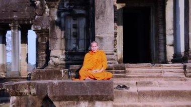 Khmer monk meditating — Stock Video