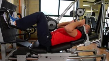 Legs workout. Man at the gym. — Vídeo de stock